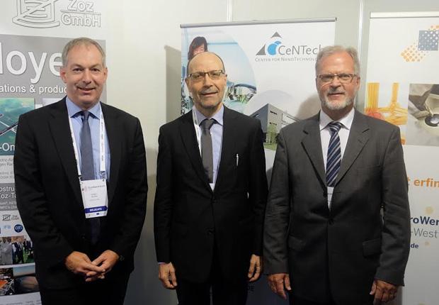 Besuch von Christos Tokamanis von der EU-Kommission am NRW-Stand im Gespräch mit Dr. Holger Winter (CeNTech, links) und Dr. Klaus-Michael Weltring (bioanalytik-muenster, rechts). (Foto: Gesellschaft für Bioanalytik Münster e. V.)