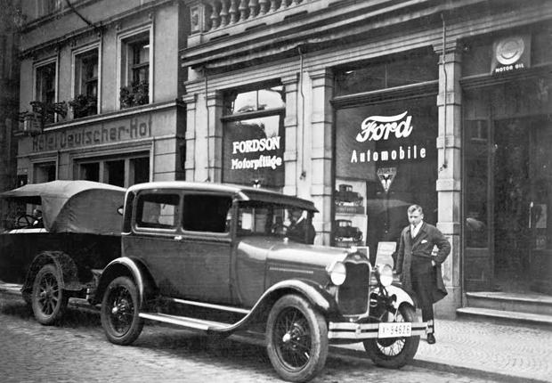 Aufnahme von 1929 an der Bahnhofstraße 10 (gegenüber der Herz-Jesu-Kirche, Haus Runte). Hier begann die Unternehmensgeschichte von Ford Kleine.