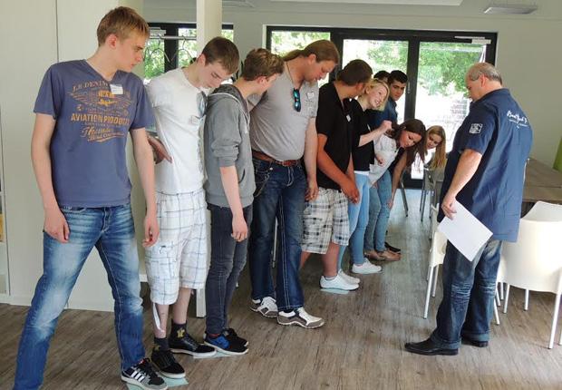 Begutachtet die Ergebnisse eines Kennenlernspiels: Berufskraftfahrer-Ausbilder Carsten Fischer (rechts).
