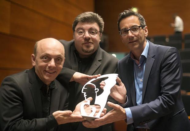 (v.l.) Comedian Bernhard Hoëcker, Alexander Springensguth, Geschäftsführer der Cyrano Kommunikation und Dr. Reiner Kern, Leiter der ABDA-Kommunikation bei der Preisverleihung in Bonn. (Foto: Cyrano Kommunikation)