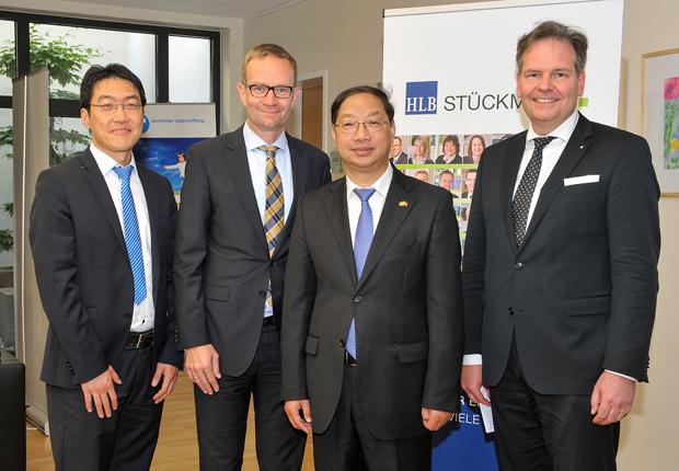 """Der chinesische Botschafter, S.E. Shi Mingde (Mitte rechts), ließ sich ausführlich von Dietmar Engel (Mitte links), Arnold Chr. Stange (rechts) und Nan Li (links) über den """"China-Desk"""" von HLB Stückmann informieren. (Foto: Sandra Kreutzer / HLB Stückmann)"""