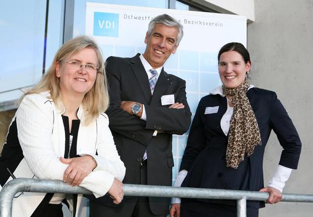 (v.l.) Prof. Dr.-Ing. Eva Schwenzfeier-Hellkamp, VDI OWL e.V. Vorsitzende, Direktor Appel, Prof. Dr. Merijam Gotzes, VDI OWL e.V. Obfrau HS Hamm-Lippstadt und sie vertritt hier das Talk Lounge Orga-Team. (Foto: Nitschke Fotographen/VDI OWL e.V.)