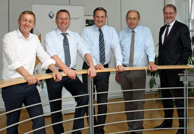 Die Geschäftsführer der Stadtwerke Westmünsterland freuen sich über die erweiterte Kooperation: (v.l.n.r.) K.-H. Siekhaus (Ahaus), R. Ohlemüller (Ochtrup), M. Hilkenbach (Coesfeld), A. Kramer (SVS) und J. Röken (Dülmen) (Foto: Stadtwerke Westmünsterland)