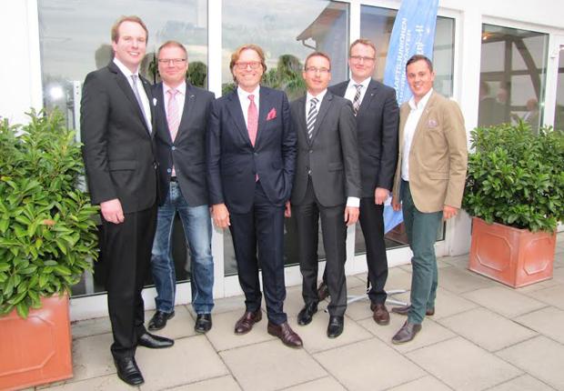 Erfolgreiches WJ-Sommergespräch zum Thema Unternehmertum(v.l.): Felix Hagelüken (Vorsitzender WJ PB + HX), Thomas Sprehe (Vorsitzender Wirtschaftsclub PB + HX), Referent Klaus Dieter Frers, Marcus Lenders (WJ- Landesvorsitzender NRW), Christian Hafer (Leiter AK Unternehmertum) und Daniel Beermann (WJ-Geschäftsführer). (Foto: Wirtschaftsjunioren Paderborn + Höxter e.V.)