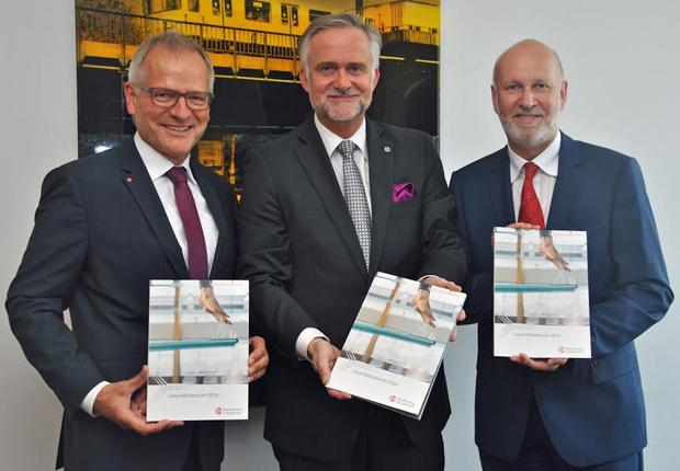 Sind zufrieden mit dem Stadtwerke-Geschäftsjahr 2014: (v.l.) Manfred Hülsmann (Vorstandsvorsitzender), Oberbürgermeister Wolfgang Griesert (Aufsichtsratsvorsitzender) und Dr. Stephan Rolfes (Vorstand). (Foto: Stadtwerke Osnabrück AG)