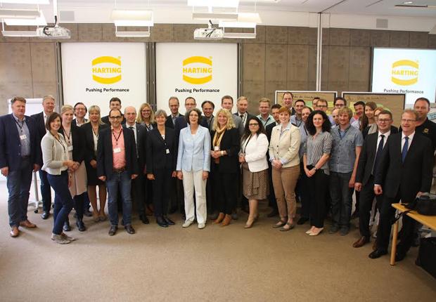 Mentees, Mentoren und die Führungskräfte sprachen im Rahmen der Abschlussveranstaltung bei HARTING über ihre Erfahrungen mit dem Programm. (Foto HARTING)