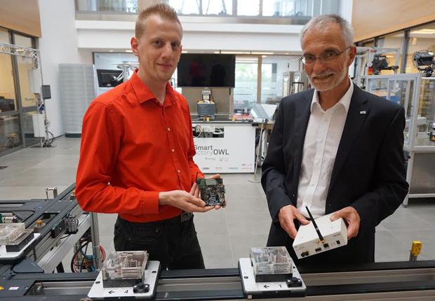 Professor Dr. Uwe Meier (rechts) und Daniel Töws (Wissenschaftlicher Mitarbeiter) vom inIT setzen auf ein friedliches Nebeneinander industrieller Funkanwendungen. (Foto: CIIT)