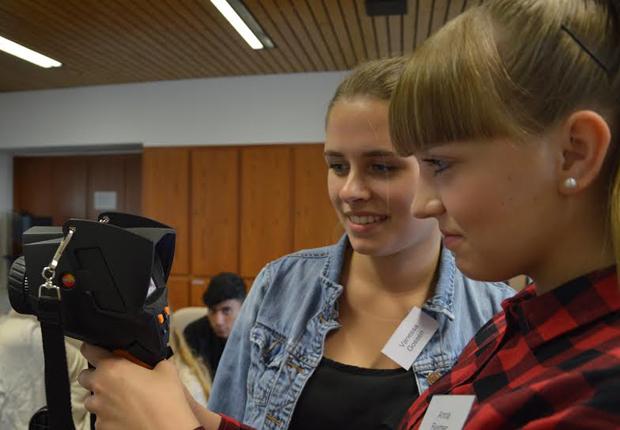 Anna Reimer und Vanessa Gossen mit der Thermografie-Kamera. (Foto: WAGO Kontakttechnik GmbH & Co. KG)