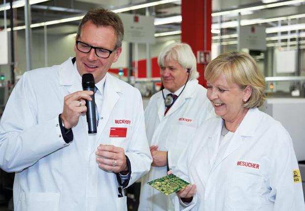 Roland van Mark (links), Produkt & Marketing Management Industrie- PC, erläuterte die Qualitätsvorteile durch die eigene Elektronikfertigung bei der Smyczek GmbH, Unternehmen der Beckhoff-Gruppe. (Foto: Beckhoff)