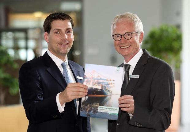 Dr. Matthias Fischer (l.) setzt auf globale Vernetzung und regionale Nähe. Friedrich Behrens (r.) geht nach fast 40 Jahren bei der OLB in Pension. (Foto: Oldenburgische Landesbank AG)