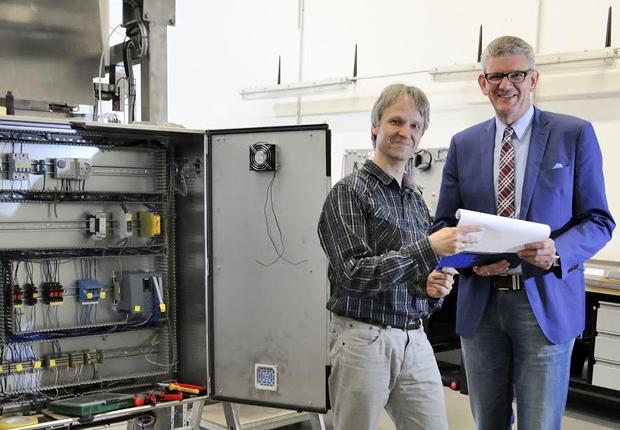 Technik für Industrieanlagen: VisuExpert-Inhaber Matthias Fenske (links) hat den Sitz seines Unternehmens in den ecopark verlegt. Dessen Geschäftsführer Uwe Haring ließ sich vom neuen Nachbarn den Betrieb vorstellen. (Foto: Zweckverband ecopark (Sylvia Graepel))