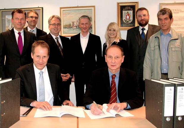 Landrat Christian Manz (vorne rechts) und Jörg-Uwe Goldbeck (vorne links), bei der Vertragsunterzeichnung. Mit bei der Vertragsunterzeichnung waren: Hinten v.l. Wolfgang Tiekötter (SPD), Dr. Rüdiger Hotten (GOLDBECK); Jürgen Müller (Dezernent Kreis Herford, Stephen Paul (FDP), Kristin Ellersiek und Gereon Schalk (GOLDBECK), Eckard Gläsker (FWKH) (Foto: GOLDBECK)