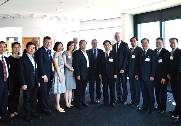 Axel Börner (Mitte links) und Ulrich Hempen (6. v. l.) mit Changzhous Vizebürgermeister Fang Guiyang (Mitte rechts), seiner Delegation und Mitgliedern des Trägervereins. (Foto: WAGO)