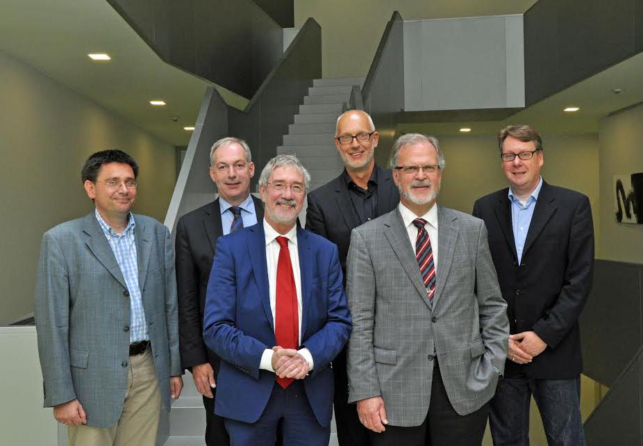 Dr. Günther Horzetzky (3.v.l.), Staatssekretär aus dem NRW- Wirtschaftsministerium, zu Besuch im Nano-Bioanalytik-Zentrum Münster. Dort begrüßten ihn Klaus-Michael Weltring (2.v.r.), Matthias Günnewig (3.v.r.), Dr. Jürgen Schnekenburger (r.) vom Biomedizinischen Technologiezentrum, Dr. Holger Winter (2.v.l.) vom Center for Nanotechnology Münster und Dr. Matthias Schmidt (l.) vom Wissenschaftsbüro der Stadt Münster. (Foto: Martin Rühle)