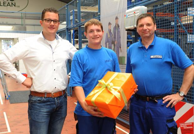v.l. Christian Hinsenhofen (Geschäftsführer), Nico Wiegmann (Geselle), Friedhelm Groenemeyer (Gebäudereiniger-Meister) (Foto: LR Facility Services)