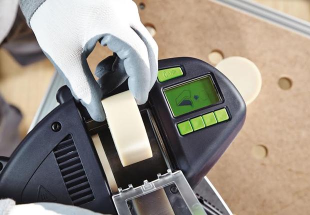 Befüllung des Kantenanleimers CONTURO mit einer Klebstoffpatrone (Foto: Festool GmbH)