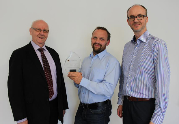Geschäftsführer Karl-Ernst Vathauer, Entwicklungsleiter Alexander Schmunk und Geschäftsführer Marc Vathauer empfangen stolz den Award aus England (Foto: MSF-Vathauer Antriebstechnik)