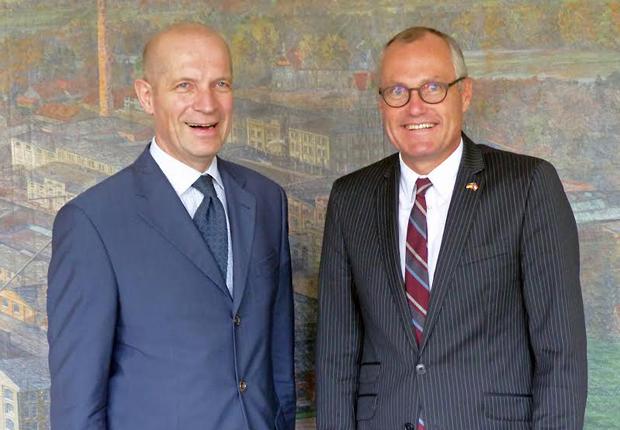 (v.l.n.r.) Rainer Schütte, Generalbevollmächtigter der MöllerGroup und Casey Cagel, Lt. Governor von Georgia (Foto: MöllerGroup GmbH)