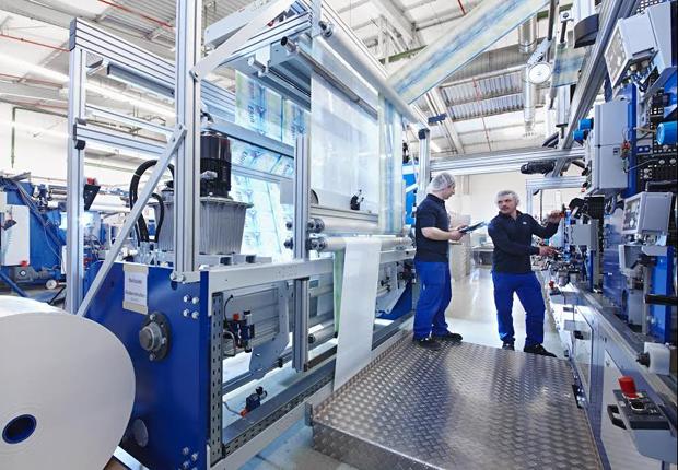 Blick in die Produktion von B+K, hier eine Konfektionsanlage für Standbodenbeutel. (Foto: Bischof + Klein GmbH & Co. KG)