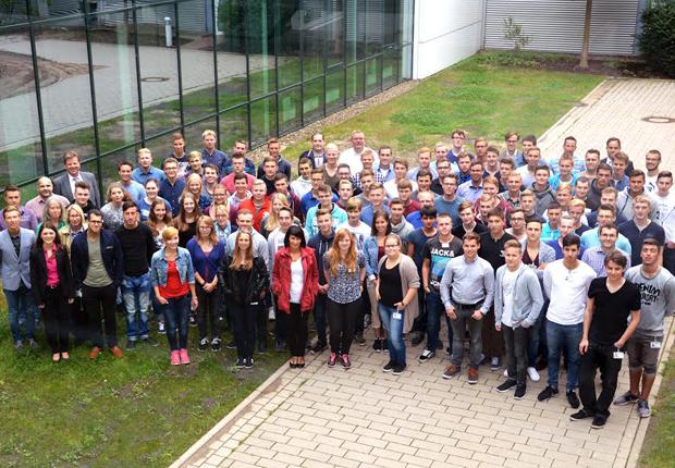 Die 91 neuen Auszubildenden und Studierenden mit dem WAGO-Ausbildungsteam (Foto: WAGO)