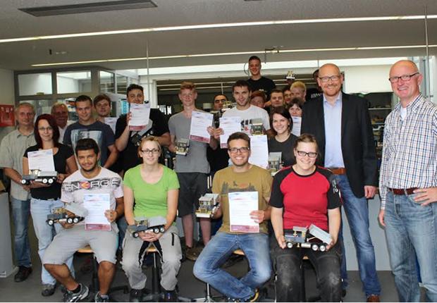 Lernten, aus Kunststoffgranulat fertige Produkte zu erstellen – 24 Auszubildende erhielten Zertifikat aus den Händen von Carsten Kießler (zweiter von rechts) und daneben Achim Gerling, Projektleiter der Initiative kubik. (Foto: Kreis Lippe)