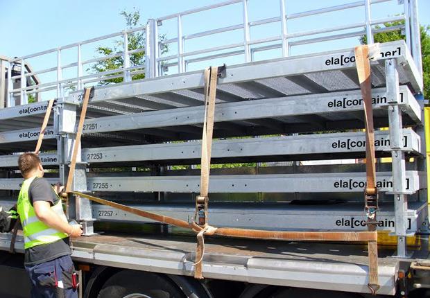 """DEKRA Sachverständiger Uwe Semsch nimmt die von ELA entwickelten """"Metall-Schuhe"""" genau unter die Lupe. (Foto: ELA Container GmbH)"""