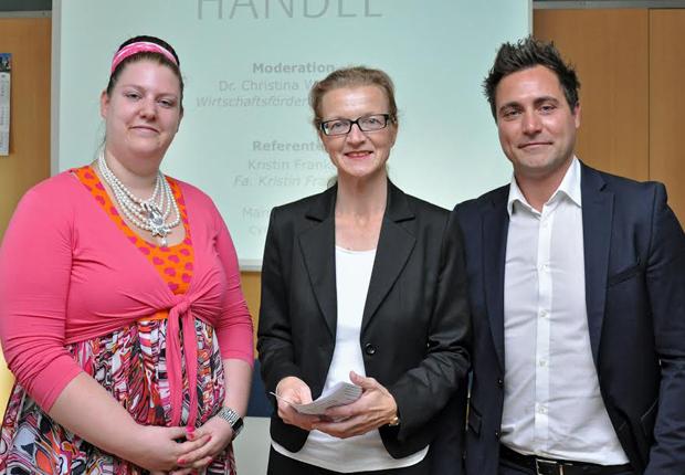 Dr. Christina Willerding von der Wirtschaftsförderung Münster GmbH begrüßt die Referenten Kristin Franke und Marco Malcangi. (Foto: WFM Münster/Martin Rühle)