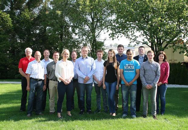 Die neuen Azubis zusammen mit den Vetretern der Geschäftsleitung, des Betriebsrates sowie der Personal- und Ausbildungsleitung. (Foto: ASSMANN BÜROMÖBEL GMBH & CO. KG)