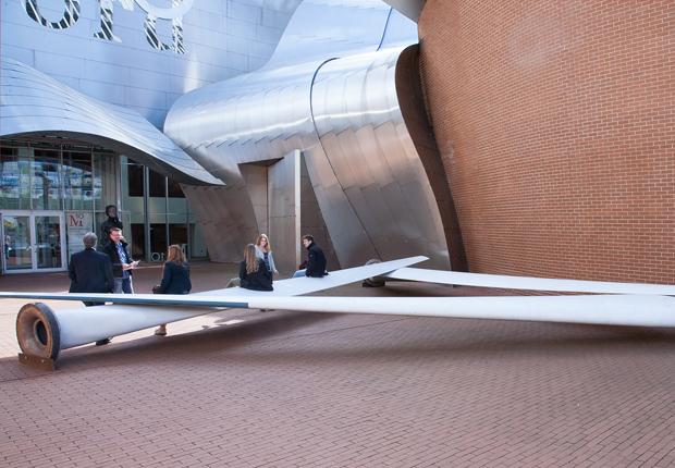 """Césare Peeren (Superuse Studios), Rotterdam """"blade made furniture"""", temporär vor dem Marta aufgebaut Zweiter Preis der Kategorie DesignerInnen Material: Ausgediente Rotorblätter von Windkrafträdern (Foto: Hans Schröder, Marta Herford)"""