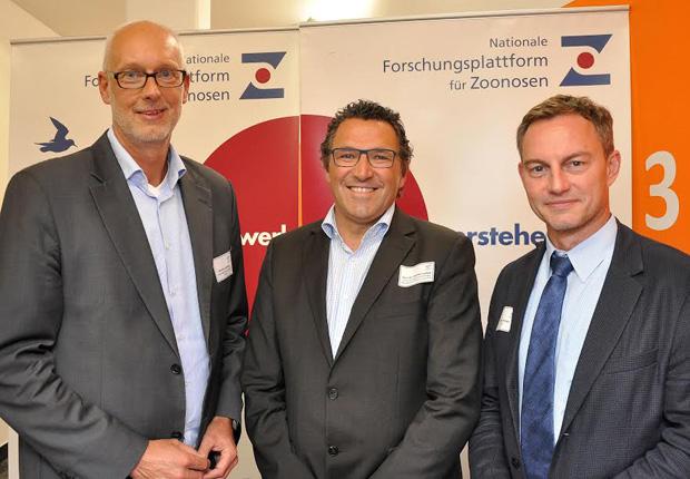 TFM-Leiter Matthias Günnewig begrüßt die Referenten Prof. Dr. Stephan Ludwig, Prorektor für Forschung der Universität Münster, und Dr. Marcus Hartmann, Vorstand der Cilian AG. (Foto: Netzwerk GeWi, Martin Rühle)