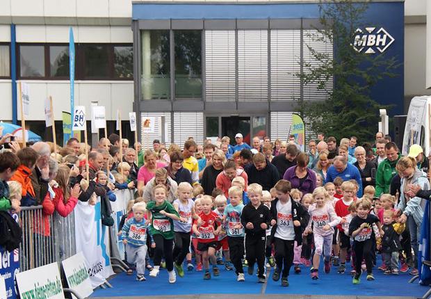 Start für die Bambinis, die Kleinen ganz groß bei dem 8. MBH-Benefizlauf zugunsten der Deutschen KinderKrebshilfe. (Foto: MBH Maschinenbau & Blechtechnik GmbH)