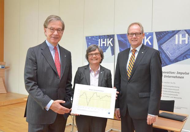 Präsentieren den Konjunkturlagebericht: IHK-Präsident Ernst- Michael Hasse (l.), IHK-Hauptgeschäftsführer Axel Martens (r.) sowie die IHK-Geschäftsführerin (Foto: IHK Lippe)