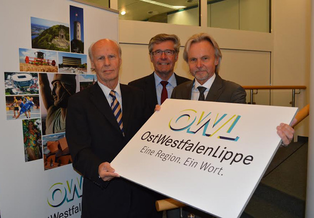Präsentierten das neue Logo (v.l.n.r): Herbert Sommer, Vorsitzender der Gesellschafterversammlung der OstWestfalenLippe GmbH, Landrat Friedel Heuwinkel, stv. Vorsitzender der Gesellschafterversammlung der OstWestfalenLippe GmbH, und Herbert Weber, Geschäftsführer der OstWestfalenLippe GmbH. (Foto: OstWestfalenLippe GmbH)
