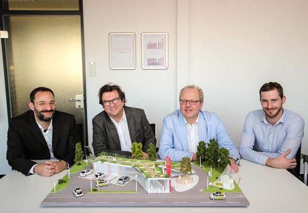 Freuen sich über das anschauliche und ansprechende Mobilitätspunktmodell der Studenten des Fachbereichs Industrial Designs (v. l. n. r.): Prof. Thomas Hofmann vom Fachbereich Industrial Design, Frank Otte (Stadtbaurat), Werner Linnenbrink (Bereichsleiter Mobilitätsangebot bei den Stadtwerken) und Jan-Peter Brüwer (Produktentwicklung Mobilitätsangebot). (Foto: Stadtwerke Osnabrück AG)