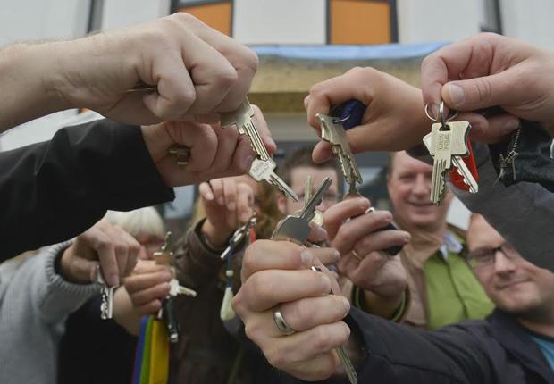 Die neuen Schlüssel sind ausgehändigt und die Mitarbeiterinnen und Mitarbeiter der MaßArbeit freuen sich auf die Räumlichkeiten in der neuen Außenstelle Dissen. (Foto: Landkreis Osnabrück)
