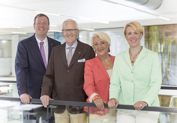 Philip Harting (links) hat zum 1. Oktober 2015 den Vorstandsvorsitz von seinem Vater Dietmar Harting übernommen. Die beiden persönlich haftenden Gesellschafter leiten gemeinsam mit Margrit Harting, Generalbevollmächtigte Gesellschafterin, und Maresa Harting-Hertz (rechts), Vorstand Finanzen und Einkauf und persönlich haftende Gesellschafterin, in der zweiten und dritten Generation die HARTING Technologiegruppe. (Foto: HARTING)