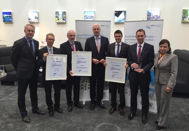 Vertreter der Gewinnerstandorts nehmen die Auszeichnung in Empfang v.l.n.r. Frank Oelschläger (GILOG mbH), Dr. Michael Dannebohm (Kreis Unna), Dr. Joachim Grollmann (Herten), Garrelt Duin (Wirtschaftsminister NRW), Dr. Dennis Guth (EWG für Rheine mbH), Dr. Manfred Janssen (EWG für Rheine mbH), Petra Wassner (NRW Invest) (Foto: EWG - Entwicklungs- und Wirtschaftsförderungsgesellschaft für Rheine mbH)