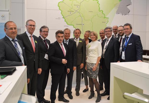 Minister Goschek im Kreise von Repräsentanten der Region auf dem Gemeinschaftsstand auf der Expo Real in München. (Foto: OstWestfalenLippe GmbH)