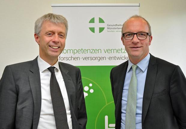 Willkommen im Netzwerk Gesundheitswirtschaft Münsterland: Der Vorstandsvorsitzende Dr. Thomas Robbers (r.) begrüßt die Beitrittserklärung von apetito-catering-Geschäftsführer Andreas Oellerich. (Foto: Netzwerk GeWi, Martin Rühle)