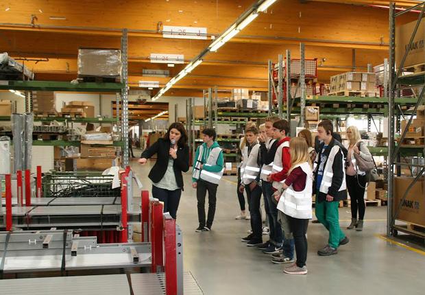 Diplom-Ingenieurin Birgit Niemöller erklärt den Schülerinnen und Schülern bei einer Betriebsführung den Warenfluss im Montageprozess bei Assmann Büromöbel in Melle-Westerhausen. (Foto: ASSMANN BÜROMÖBEL GMBH & CO. KG)