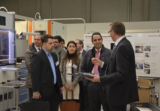 Dr. Eberhard Niggemann, Leiter der Weidmüller Akademie erläutert der galizischen Delegation die Weidmüller-Fertigung (Foto: Weidmüller Gruppe)