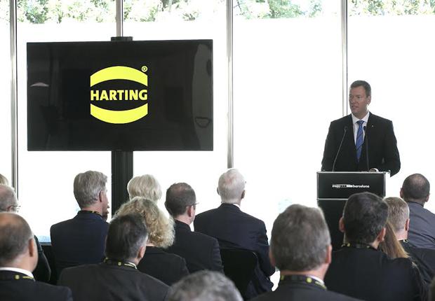 Vorstandsvorsitzender Philip Harting dankte vor zahlreichen Ehrengästen Managing Director Jordi Cruz und seinen Mitarbeitenden für die erfolgreiche Arbeit. (Foto: HARTING KGaA)
