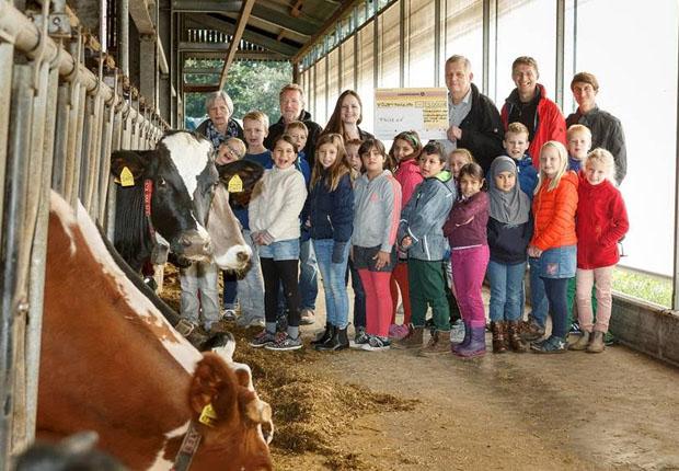 eannine Budelmann, Vorsitzende der Wirtschaftsjunioren, übergibt beim Besuch auf dem Milchhof Große-Kintrup die Spende des Fördervereins in Höhe von 5.000 Euro an Thomas Marczinkowski von FRÜZ e.V. (Foto: WJ)