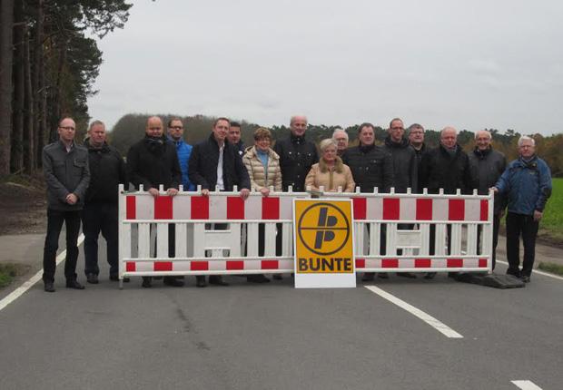 Die offizielle Freigabe der sanierten Imhofstraße wurde durch Vertreter der Hafen Spelle-Venhaus GmbH, des Aufsichtsrates und der am Bau beteiligten Unternehmen vollzogen. (Foto: Samtgemeinde Spelle)