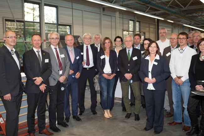"""""""Wirtschaft inkluisiv""""-Besuchergruppe in der Produktionshalle. (Foto: WIR)"""