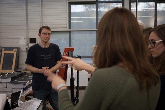 Im Gespräch mit einem hörbehinderten Mitarbeiter der Merkur Druck GmbH aus Detmold. (Foto: WIR)