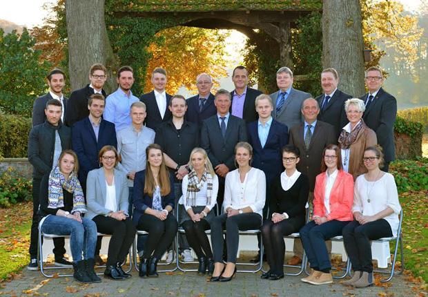 Die jungen Mitarbeiterinnen und Mitarbeiter mit ihren Ausbildern, mit Vorstand sowie Vertretern von Personalabteilung und Betriebsrat. (Foto: Fotohaus Kiepker)