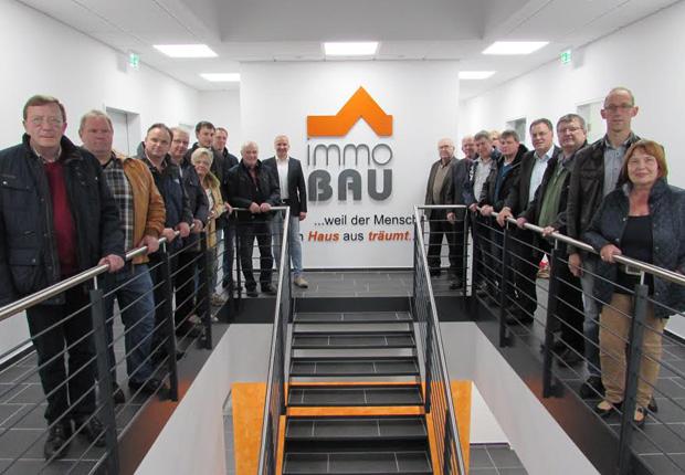 Geschäftsführer Michael Rabe (Treppenaufgang links) stellte den Mitgliedern der Speller CDU-Fraktion den neuen Sitz des Unternehmens ImmoBau vor.