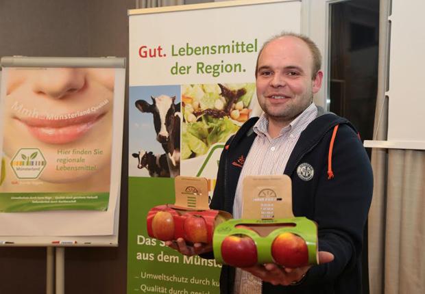 Endlich geschafft: Elmar Grothues kann nach 14 Monaten mit vielen Problemen seine Äpfel endlich im Verpackungsdesgin von Jonas Dinkhoff verkaufen. (Foto: Münsterland e.V.)