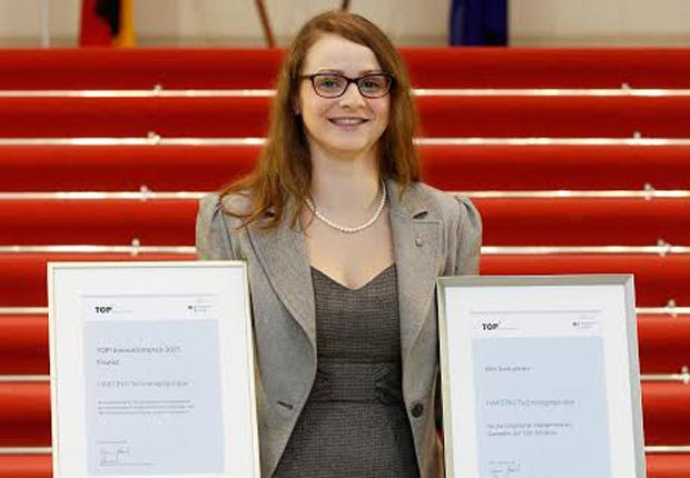 Lisa Schulz; Global Process Manager bei HARTING, nahm den Preis Uwe Beckmeyer, Parlamentarischer Staatssekretär beim Bundesminister für Wirtschaft und Energie, entgegen. (Foto: HARTING)